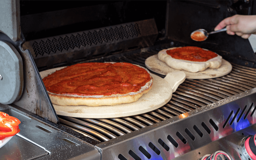 RecipeBlog - Pizza - Flip and sauce
