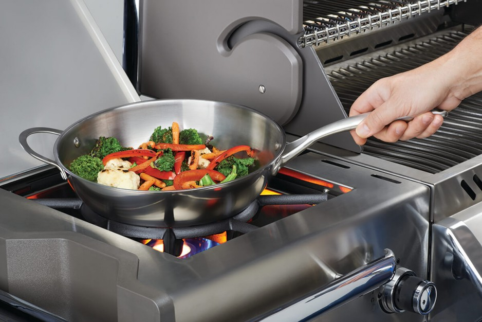 70028-stainless-steel-wok-in-use-1200px_0
